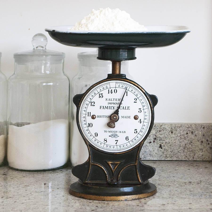 la diferencia entre usar tazas de medir y usar una balanza